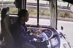 Clip: Tài xế mải xem điện thoại, xe buýt đâm sầm vào xe chở thóc