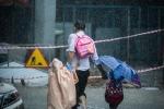 Bức ảnh bố chịu mưa che ô cho con khiến triệu người xem xúc động
