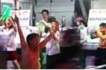 Video: Người già, trẻ nhỏ mang xoong nồi xuống đường, reo hò mừng U23 Việt Nam
