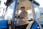 Ảnh: Chủ tịch Triều Tiên tươi cười lái thử máy kéo khi thăm cơ sở sản xuất