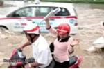 Clip: Xe máy bị sóng đánh ngã dúi dụi trong biển nước ở Thủ đô