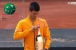 Mở rượu ăn mừng, cây vợt số 1 thế giới bị nút chai bắn thẳng vào mặt