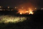 Cháy lớn ở bãi cỏ chân cầu, trăm người 'thót tim' sợ lan sang khu dân cư