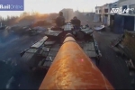 Clip: Binh sĩ dùng nòng pháo xe tăng làm gậy chụp ảnh