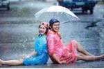 Bộ ảnh cưới dưới mưa với dép tổ ong khiến dân mạng thích thú