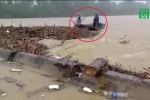 Clip: Lũ dâng cao cực nguy hiểm, dân Hà Tĩnh vẫn liều mình vớt 'lộc trời'