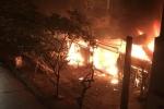 Video clip: Quán ăn cháy ngùn ngụt trên phố Chùa Láng, Hà Nội