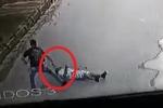 Clip: Mang súng giả đi cướp, bị nạn nhân đánh tơi bời giữa đường