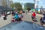 Clip: Được nhường đường giữa trưa nắng, 3 mẹ con cúi đầu cảm ơn tài xế