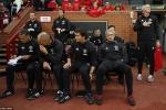 Mourinho kê ghế dưới sân, nhường chỗ VIP cho học trò