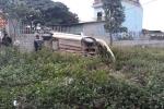 Ô tô 4 chỗ đâm dải phân cách, tài xế văng ra khỏi xe