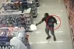 Cảnh sát Brazil vừa bế con, vừa cầm súng bắn chết 2 tên cướp