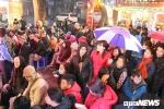 Ảnh: Dân Thủ đô đội mưa xếp hàng từ sáng sớm mua vàng ngày vía Thần Tài