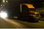 Hai xe container tông nhau, dân cạy cửa đưa tài xế đi cấp cứu