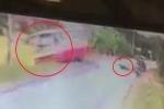 Clip: Khoảnh khắc tránh xe máy, xe buýt lật xuống ruộng khiến 20 người thương vong