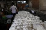 Phát hiện hơn 2 tấn bún bẩn cùng nhiều bao hoá chất bảo quản, tẩy trắng ở TP.HCM