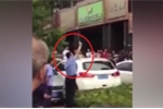 Clip: Cảnh sát nổ súng giải tán 400 người điên cuồng chen lấn mua rượu giảm giá