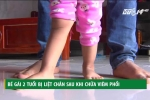Clip: Xót xa bé gái 2 tuổi bị liệt chân sau khi chữa viêm phổi