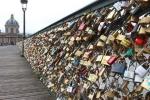 Pháp bán 65 tấn khóa tình yêu để quyên tiền cho người tị nạn