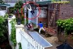 Sửa điện giữa trời mưa, bị điện giật ngã từ mái nhà xuống đất