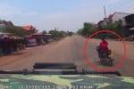 Clip: Phụ nữ đi xe máy đột ngột sang đường, ô tô đánh lái xoay 180°