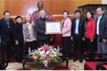 Gia đình cụ Trịnh Văn Bô trao 200 triệu đồng ủng hộ đồng bào lũ lụt miền Trung