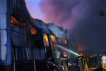 Kho chứa giấy ở TP.HCM cháy liên tục gần 5 giờ, thiêu rụi 2 nhà xưởng