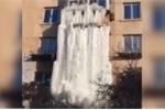 Clip: Nước rò rỉ tạo thác băng ngoạn mục cao 10 m bao trùm chung cư