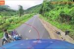 Clip: Đi xe dàn hàng ngang, hai người đàn ông suýt chết dưới bánh xe container