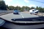Video: Hoảng hồn xe tải trượt dài trên thành cầu vượt