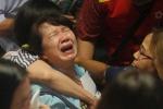 Thân nhân hành khách máy bay AirAsia khóc thảm thiết