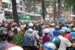 Ùn tắc khủng khiếp giữa Sài Gòn, dân lái xe lên thảm cỏ thoát thân