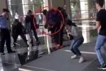 Đặc nhiệm Trung Quốc tung đòn 'sấm sét', hạ gục tội phạm cầm dao kề cổ con tin