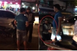 Xôn xao clip va chạm giao thông, tài xế ô tô bắt thanh niên đi xe máy quỳ lạy xin lỗi
