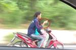 Clip: Phụ nữ đi xe máy đèo trẻ nhỏ, buông cả 2 tay nhắn tin gây sốc