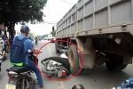 Clip: Cố vượt xe tải, người đàn ông đi xe Dream suýt bị nghiền nát