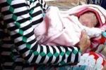 Bé gái sơ sinh bị bỏ trong chậu thả trôi trên sông