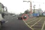 Clip: Xe máy vượt đèn đỏ 'phóng như cơn lốc', đâm sầm vào ôtô