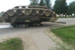 Xe tăng Nga lật ngửa bụng trên đường