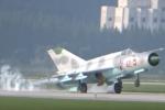 Video: Nữ phi công Triều Tiên hạ cánh lóng ngóng, đập đuôi MiG-21 xuống đường băng
