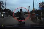 2 'trẻ trâu' lái xe máy đánh võng trêu ngươi ô tô, bị tài xế đánh nhừ đòn