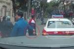 Clip: 2 tài xế cười tươi, bắt tay sau va chạm giao thông khiến dân mạng ấm lòng