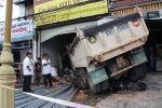 Xe tải mất phanh cắm đầu vào cửa hàng vật liệu xây dựng, 3 người bị thương