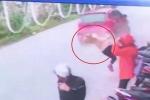Clip: Dừng xe giữa đường, cô gái bị ô tô tông bay người
