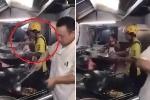 Sốt ruột vì đợi lâu, nam shipper lao vào bếp, tự nấu ăn cho khách