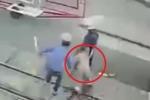 Clip 2 nữ nhân viên gác chắn cứu mạng cụ bà trước đầu tàu hỏa gây bão mạng