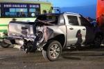Xe buýt tông hàng loạt ô tô, xe máy dừng đèn đỏ, một người chết thảm