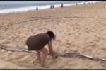 Người phụ nữ hung hăng cầm dao chặt lưới bóng chuyền của du khách Tây