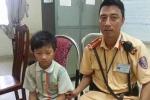 CSGT Hà Nội giúp đỡ bé trai 9 tuổi bị lạc trong lúc đi tìm bố