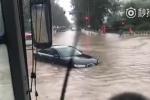 Trung Quốc: Phố biến thành sông, ô tô bì bõm bơi trong biển nước